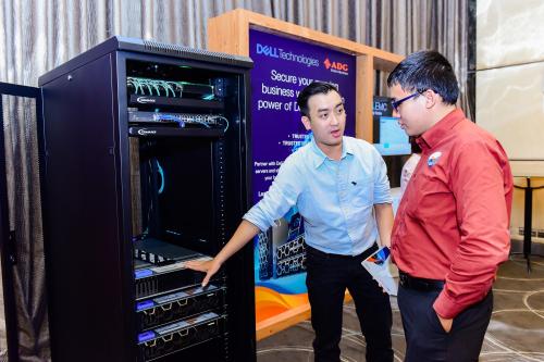 Đến với hội thảo, khách hàng được trải nghiệm thực tế tại khu vực demo sản phẩm cùng với các kỹ sư của công ty ADG Distribution.