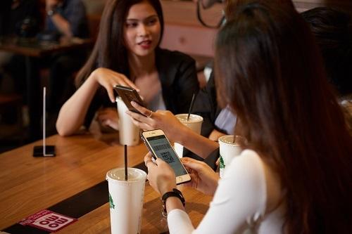 Khách hàng sử dụng MoMo chi trả cho những buổi ăn uống, cà phê với bạn bè.