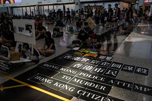 Người biểu tình tại Sân bay Quốc tế Hong Kong hôm 13/8. Ảnh: Bloomberg