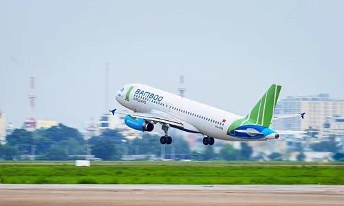 Máy bay Bamboo Airways cất cánh tại sân bay Tân Sơn Nhất. Ảnh: Giang Huy.