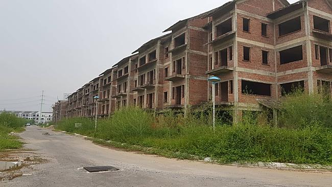 Một dự án bỏ hoang ở phía Tây Hà Nội, nằm gần Quốc lộ 32.
