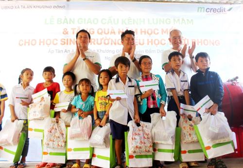 Mcredit tặng quà và trao học bổng cho các học sinh nghèo vượt khó ở địa phương.