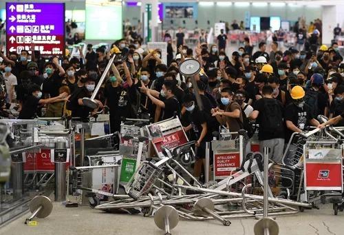 Biểu tình tại sân bay Hong Kong hôm 13/8. Ảnh: AFP