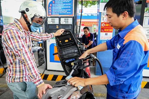 Nhân viên Petrolimex đang bán xăng cho khách. Ảnh: Thành Nguyễn.