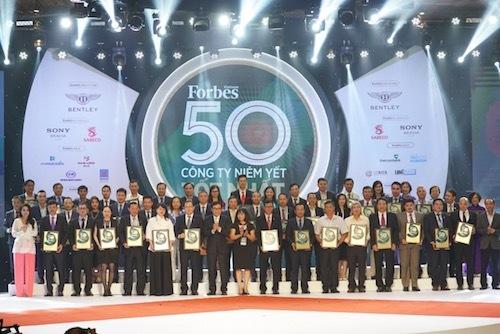 Đại diện 50 doanh nghiệp niêm yết tốt 2019 nhận giải thưởng tại lễ vinh danh.