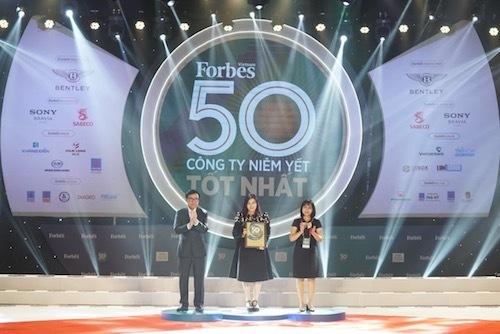 Phó Tổng giám đốc Vietjet Hồ Ngọc Yến Phương nhận giải thưởng