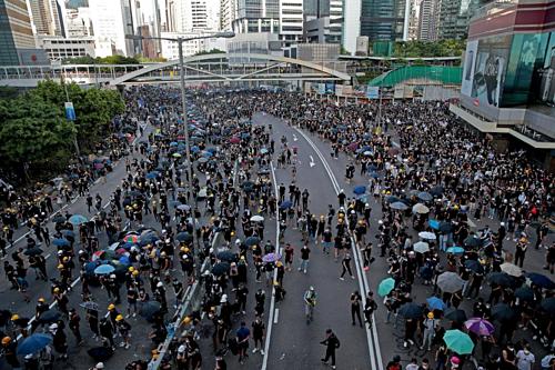 Người biểu tình tại đường Hardcourt (Hong Kong). Ảnh: Reuters