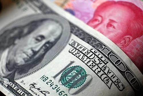 Đồng đôla của Mỹ và nhân dân tệ của Trung Quốc. Ảnh: Reuters