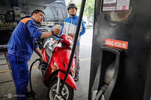 Khách hàng đổ xăng tại một trạm xăng trên đường Lê Thánh Tôn (TP HCM). Ảnh: Nguyễn Thành