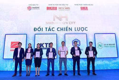 Ông Nguyễn Hoàng Sơn - Phó tổng giám đốc Kinh doanh Tiếp thị Công ty CP Bất động sản Danh Khôi (trái) trao chứng nhận cho đối tác chiến lược.
