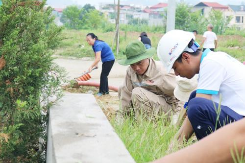 Cán bộ nhân viên KosyGroup cùng cư dân làm sạch cảnh quan.