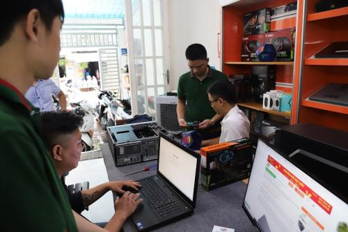 Đội ngũ nhân viên của cửa hàng kiểm tra sản phẩm cho khách hàng.