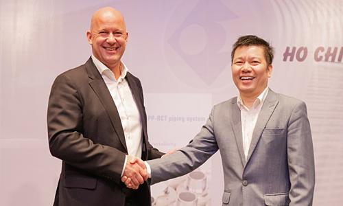 Ông Hans Int Veld - Giám đốc Phát triển Kinh doanh Ke Kelit (trái) và ông Nguyễn Trần Tuấn Nghĩa - Tổng giám đốc Viglacera-Exim trong buổi ký kết hợp tác. Ảnh Tuấn Nhu