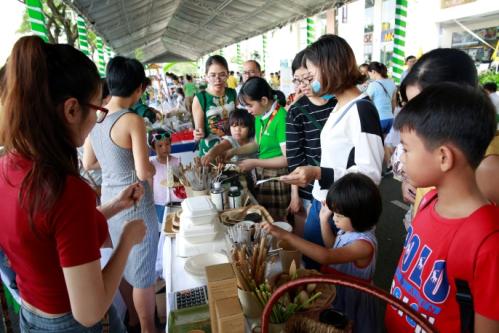 Trẻ em và người lớn tìm hiểu những vật dụng hữu cơ thân thiện với môi trường.