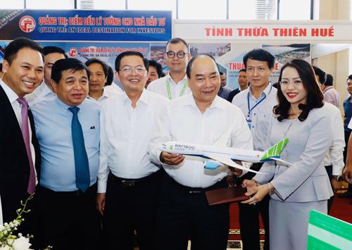 Thủ tướng Chính phủ thăm gian hàng của hãng hàng không Bamboo Airways tại Hội nghị. Ảnh: TTXVN.