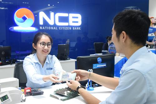 Một khách hàng gửi tiết kiệm tại NCB.