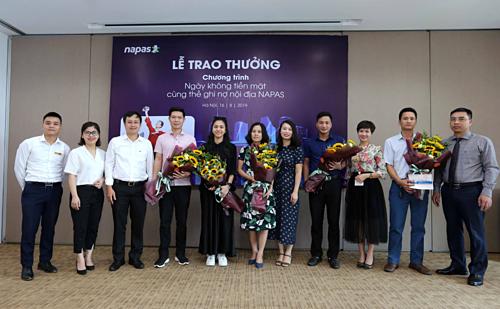 Đại diện Napas chụp ảnh lưu niệm cùng những khách hàng trúng thưởng.