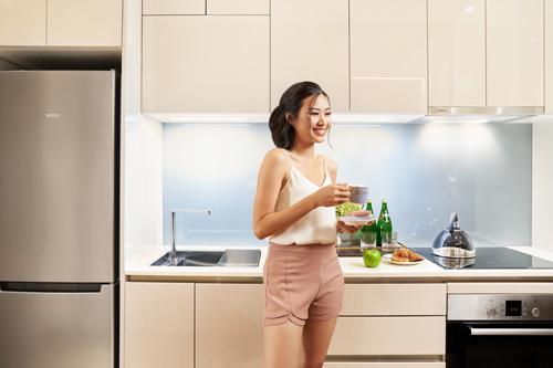 Căn hộ Alpha Hill còn được bàn giao trọn bộ thiết bị thông minh từ các thương hiệu uy tín hàng đầu thế giới như Bosch (Đức), Innoci (Đức), Kohler (Đức), Delta (Mỹ)... Đơn cử, nhà bếp trong căn hộ sử dụng các thiết bịcao cấp của Bosch - thương hiệu gia dụng châu Âu hơn 130 năm tuổi.