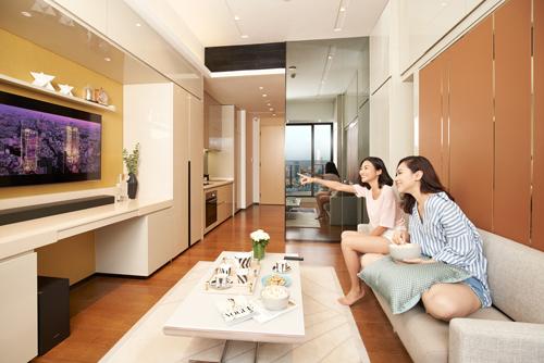 Với không gian linh hoạt của sản phẩm căn hộ biến hình, những chiếc hộc đủ mọi kích cỡ giấu bên trong 4 bức tường, căn hộ 40m2 của Alpha Hill được đánh giá đáp ứng công năng tương đương căn hộ có diện tích lớn hơn.Trong 40m2, chủ đầu tư tối ưu diện tích cho các không gian chức năng gồm ban công, phòng khách, phòng ngủ, không gian làm việc, bàn tiệc cho 4-6-8 người, căn bếp, phòng tắm.