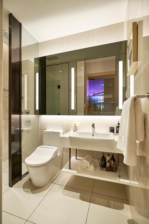 Phòng tắm với lối thiết kế hiện đại,được trang bị hệ thống vòi tắm massage giúp chủ nhân có những giây phút thư giãn. Nổi bậttrong đó còn có chiếc gương thông minh,vừa là gương soi vừa hoạt động như một màn hình cảm ứng.