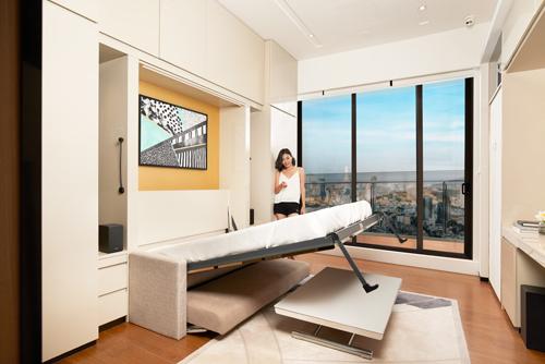 Phòng khách rộng rãi hơn nhờ chiếc bàn có thể điều chỉnh độ cao và chiều dài tuỳ ý. Chỉ với một nút bấm, chính gianphòng khách, ăn uống và sinh hoạt lập tứctrở thành phòng ngủ.