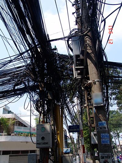 Trụ điện chằng chịt dây dẫn gây mất mỹ quan tại góc đường Trần Đình Xu, quận 1.