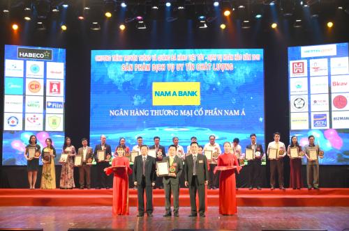 Ông Trần Trung Thái – Đại diện Nam A Bank nhận giải thưởng Top 20 sản phẩm dịch vụ chất lượng tốt vì quyền lợi người tiêu dùng năm 2019.