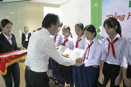Trong 12 năm qua, Long Hậu đã trao hơn 2.500 phần học bổng cho học sinh tỉnh Long An.