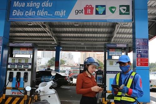 Một khách hàng đang thanh toán tiền xăng dầu trên ứng dụng di động.