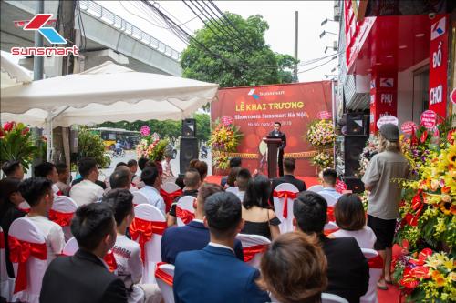 Lễ khai trương showroom Hà Nội thu hút nhiều quan khách tới tham dự.