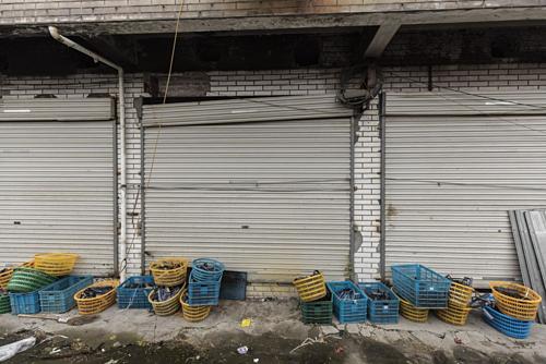 Dụng cụbị bỏ bên ngoài một nhà máy giày đã đóng cửa ở Ôn Châu (Trung Quốc). Ảnh: Bloomberg