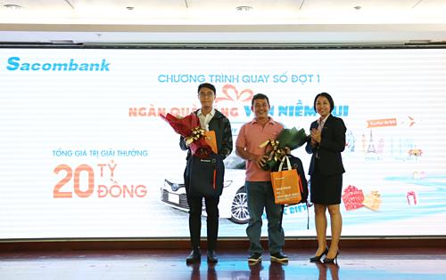 Đại diện Sacombank trao thưởng cho khách hàng trúng giải. Chi tiết liên hệ hotline 1900555588 hoặc website.