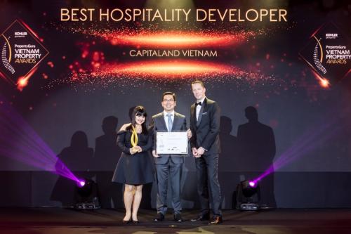 Đại diện doanh nghiệp nhận giải thưởng Chủ đầu tư khách sạn xuất sắc.