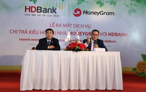Đại diện MoneyGram (phải) và HDBank (trái) trả lời câu hỏi báo giới tại họp báo hôm 28/8