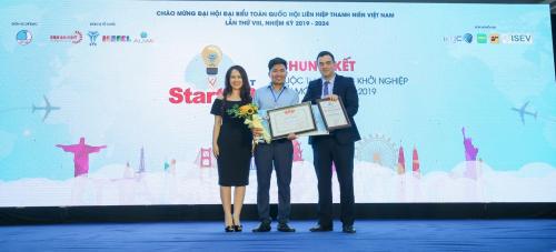 Phó Chủ Tịch Công ty TNHH Khu Du Lịch Vịnh Thiên Đường (ngoài cùng bên trái) trao phần thưởng chuyến đi tới Israel cho đội thi xuất sắc.