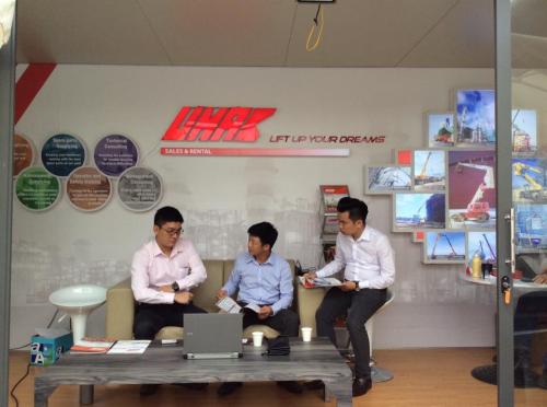 Khách tham quan tìm hiểu về thiết bị máy móc tại gian hàng của U-MAC Việt Nam. Thông tin tại Wesite :https://umac.com.vn/