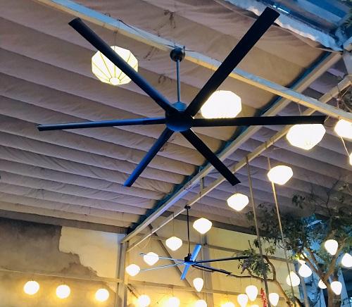 Quạt Industrial tạo điểm nhấn cho không gian quán ăn.