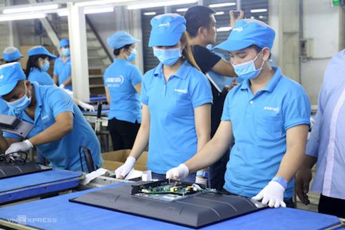Công nhân lắp ráp tivi tại Công ty Asanzo. Ảnh: Trung Sơn