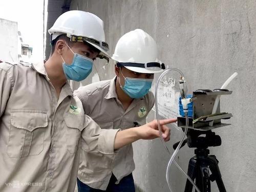 Cán bộ quan trắc Sở Tài nguyên & môi trường kiểm tra không khí tại điểm cháy. Ảnh: Gia Chính