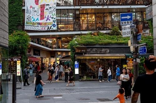 Khu phố Insadong (Seoul) là điểm đến yêu thích của khách du lịch bởi yếu tố lịch sử, nghệ thuật và đa dạng mô hình giải trí hiện đại.