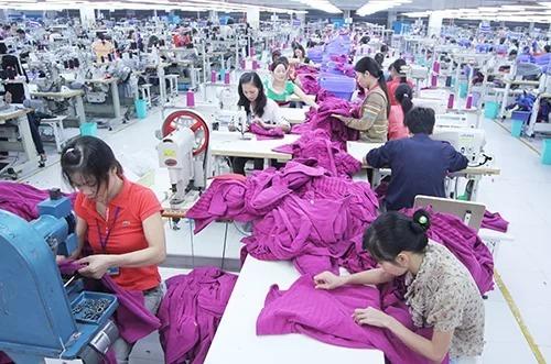 Công nhân làm việc trong một nhà máy tại Việt Nam. Ảnh: Ngọc Thành.