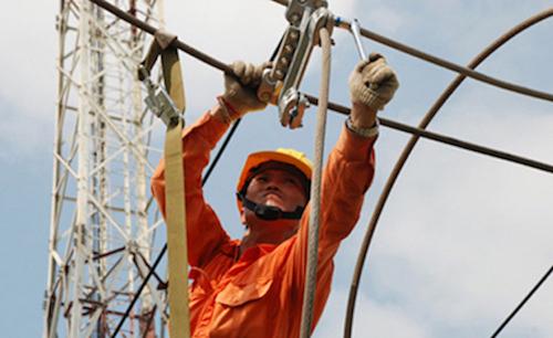 Công nhân Điện lực Hà Nội sửa chữa trên đường dây. Ảnh: EVN