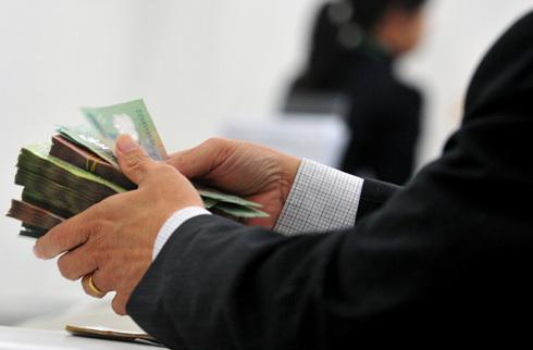 Một số nhân viên đang phải bỏ tiền túi mua trái phiếu ngân hàng phát hành.
