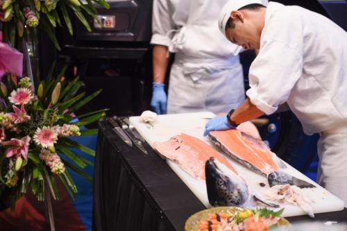 Đầu bếp người Nhật chế biến Sashimi phục vụ khách.