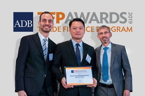 Đại diện VIB (giữa) nhận chứng nhận giải thưởng Ngân hàng hàng đầu về tài trợ thương mại cho doanh nghiệp vừa và nhỏ (SME) từ ADB.