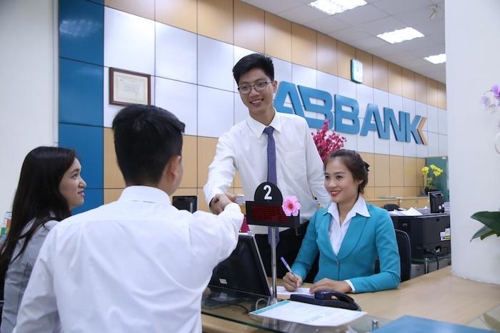 Khách giao dịch tại một chi nhánh của ABBank.