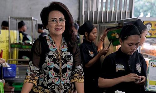 BàSoelistiowati, chủ hàng chuối chiên ở phía Tây thủ đô Jakarta. Ảnh: Bloomberg
