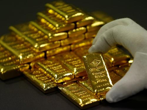Công nhân đang phân loại vàng thỏi tại một nhà máy ở Áo. Ảnh: Reuters