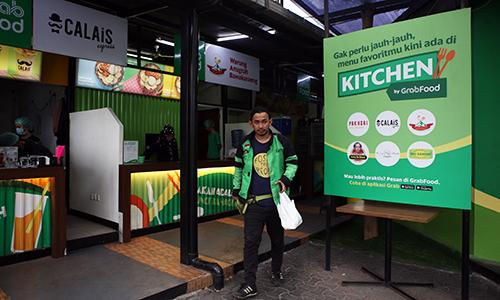 Tàixế đến lấy đồ ăn tại một GrabKitchen ở Jakarta. Ảnh: Anh Tú