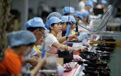 Công nhân làm việc tại một dây chuyền sản xuất robot hút bụi ở Thâm Quyến, Trung Quốc. Ảnh: Reuters